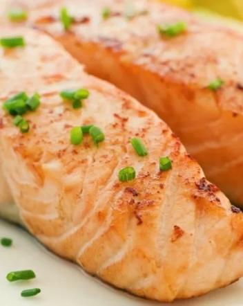 Cá hồi cung cấp omega-3 cho làn da, giúp giảm viêm cho da