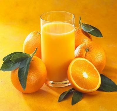 Nước cam ép có chứa nhiều axít, có thể gây đau bụng, tiêu chảy ở những người đau dạ dày.