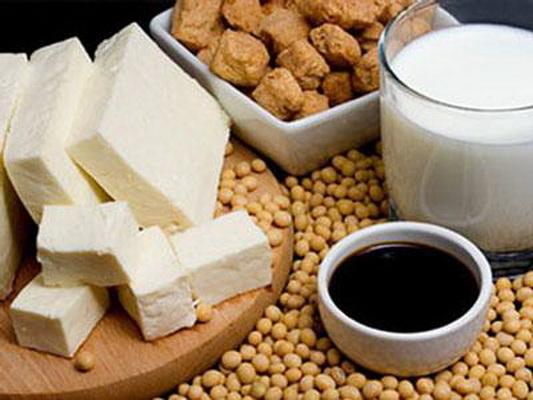 Đậu nành và chế phẩm đậu nành rất tốt cho người cao tuổi vì đủ đạm và dễ tiêu hóa, hấp thu.